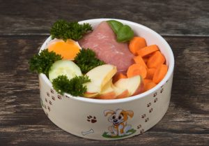pollo crudo con verdure