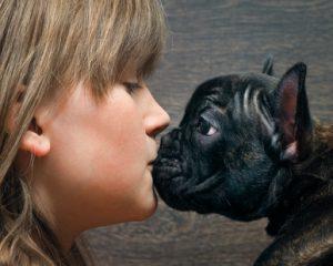 pericolo contaminazione di parassiti baciando un cane