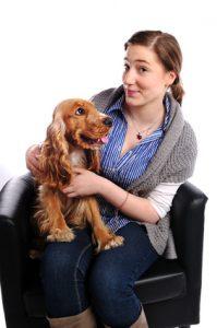 cane in braccio con l'alito un po' pesante