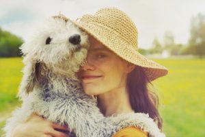 donna che abbraccia il proprio cane