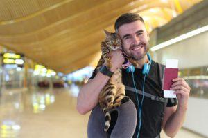 uomo e gatto con passaporto per animali da compagnia