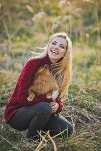 donna felice con cane in braccio