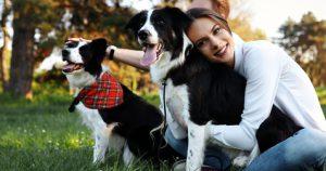 donna all'aperto con cani sani