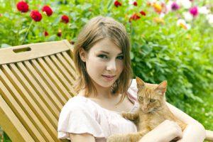 gatto con donna in giardino