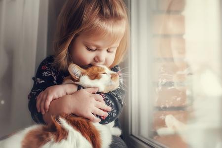 bambina che coccola un gatto