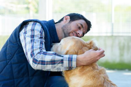 uomo controlla l'orecchio del suo cane