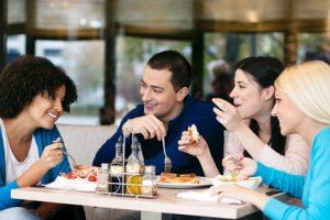 mangiare con amici