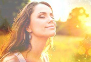 donna che espone il viso al sole