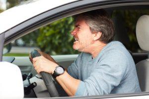 uomo arrabbiato dietro il volante