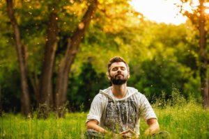 ragazzo medita in natura