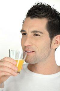 uomo beve vitamina C