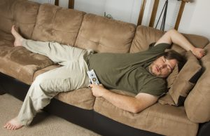 uomo sedentario sul divano