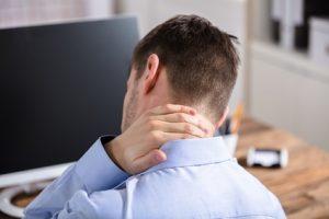 dolore al collo uomo al computer