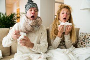 uomo e donna con influenza e raffreddore