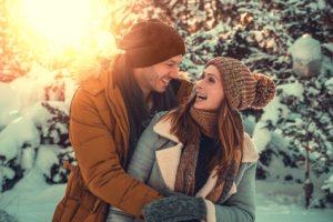 inverno uomo e donna felici senza influenza