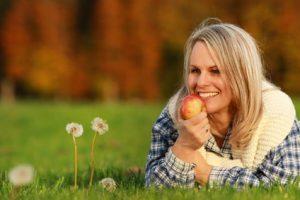donna che mangia mela