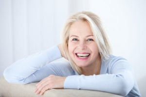 donna matura felice con equilibrio ormonale
