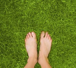 piedi nudi sull'erba