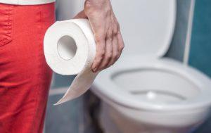 uomo con carta igienica che va in bagno