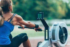 donna si impegna nell'allenamento del vogatore