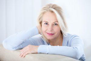 donna in menopausa con capelli sani e folti