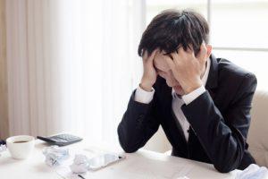 uomo stressato e stanco al lavoro