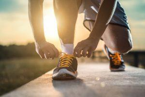 Uomo che lega le scarpe da jogging