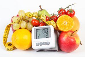 frutta fresca e misuratore della pressione stile di vita sano e prevenzione di ipertensione