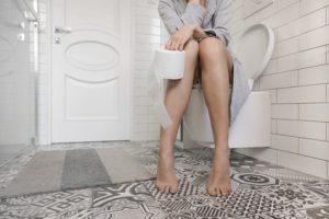 donna in bagno con stipsi