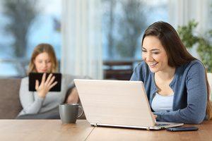 donna al computer ignare dei pericoli del wifi