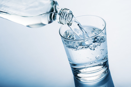 acqua idrogenata verdata in un bicchiere