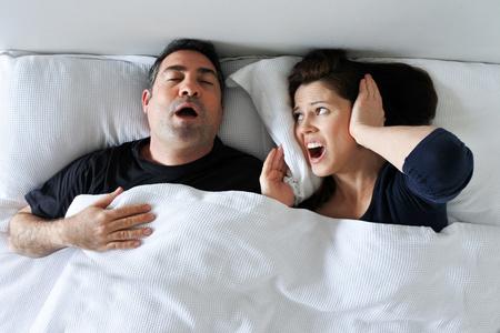 uomo russa e donna non riesce a dormire
