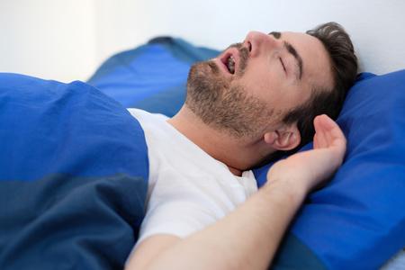 uomo che dorme con apnea notturna