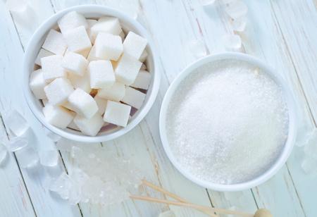 zucchero bianco raffinato sul tavolo